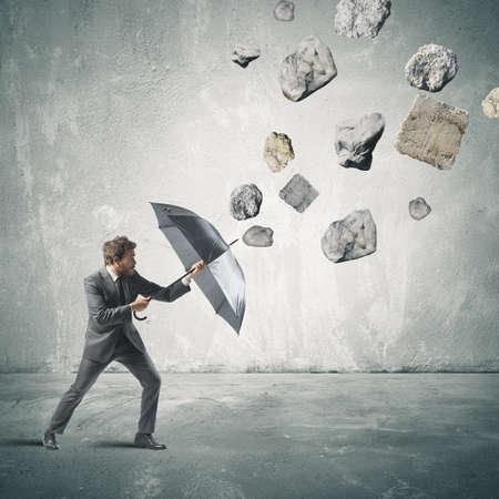 Obchodní člověk chrání sám sebe z krize