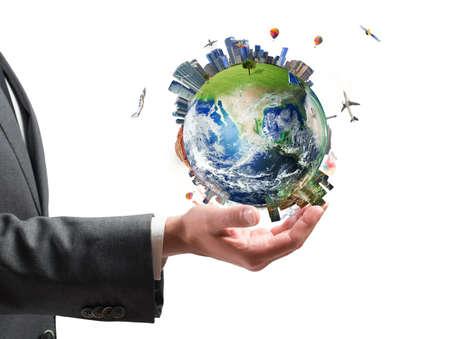 コンセプト: ビジネス力の概念。ビジネスマンは現代世界を保持します。