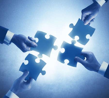 Travail d'équipe et le concept de l'intégration d'un hommes d'affaires
