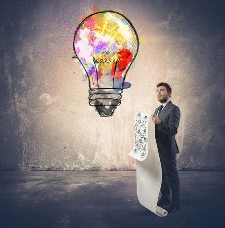 De negocios que trabaja para una nueva idea brillante