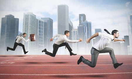 pista de atletismo: Concepto de la Competencia Comercial con el empresario que se ejecuta en una pista