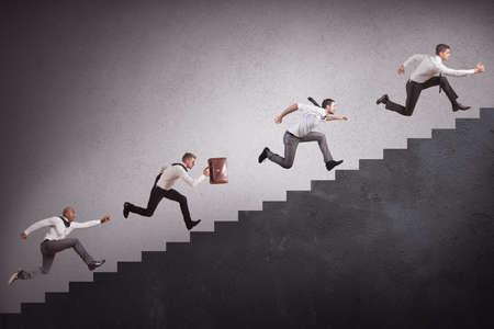 Concept van de concurrentie met ondernemers die hoge trap klimt