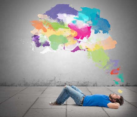 Liegen jongen denken creatief met kleurrijke splash