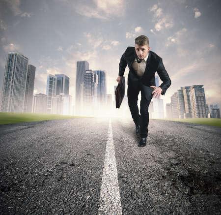 Ondernemen in de praktijk met het runnen van zakenman in een straat