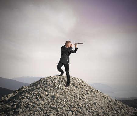 Concetto di visione di business con l'imprenditore con il telescopio