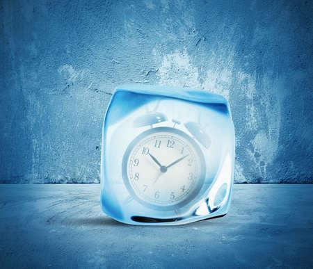 Concept van bevriezen tijd met alarm in het ijs Stockfoto - 26047578