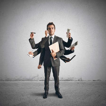weariness: Concepto de la multitarea con el empresario que realiza diversas operaciones Foto de archivo