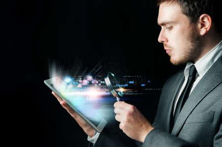 investigacion: El hombre de negocios en busca de virus con una ampliación del objetivo