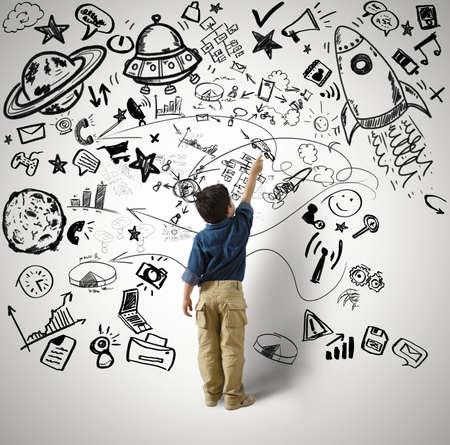 Concepto de pequeño genio con dibujos del niño y varius Foto de archivo