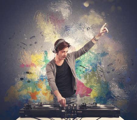 fiestas electronicas: DJ en el trabajo la reproducción de música con una mezcladora Foto de archivo