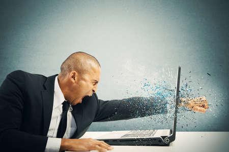 Concepto de estrés y la frustración de un hombre de negocios con ordenador portátil