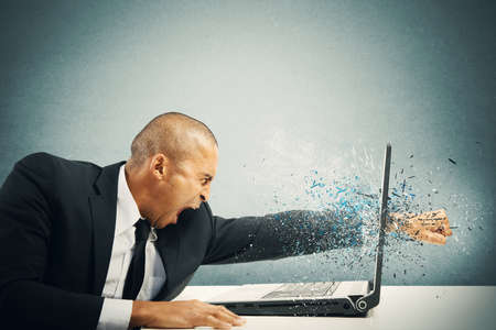 enojo: Concepto de estrés y la frustración de un hombre de negocios con ordenador portátil