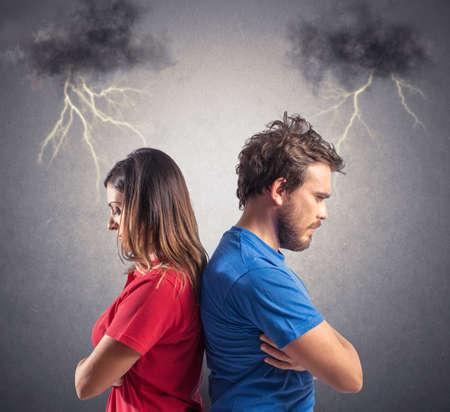Problème d'un jeune couple avec des noirs nuages ??et la foudre Banque d'images