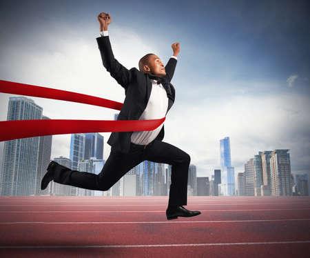 El éxito de un hombre de negocios en una línea de acabado Foto de archivo