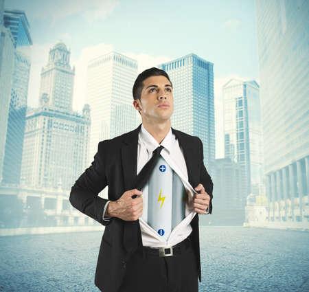 bateria: Concepto de la energía en los negocios con la batería debajo de la camisa