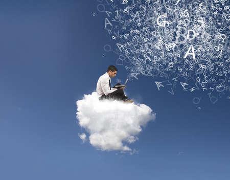 bulut: Bir bulutun üzerinde işadamı ile internet ve sosyal ağ kavramı Stok Fotoğraf