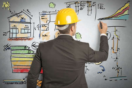 ahorro energia: Ingeniero que calcula la eficiencia energ�tica de una casa