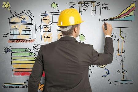 Ingenieur, der die Energieeffizienz eines Hauses berechnet Standard-Bild