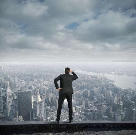 Geschäftsmann, der für die Zukunft des Unternehmens