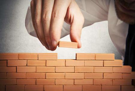 constructor: Concepto de hombre de negocios que construye un nuevo negocio Foto de archivo