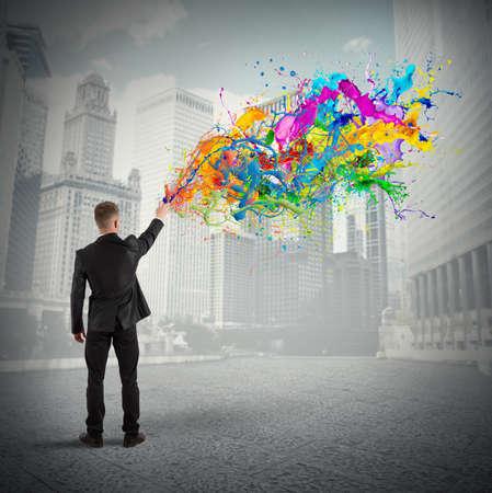 스프레이 색상으로 다채로운 창조적 비즈니스의 개념