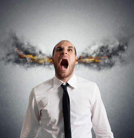 Stressed zakenman met rook en vlammen in het hoofd