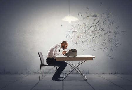 Geschäftsmann mit Schreibmaschine, die Innovationen brauchen Standard-Bild