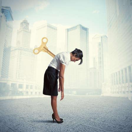 Concept van vermoeide zakenvrouw klaar om op te laden