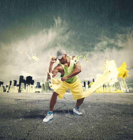 Bailarín moderno con efecto de explosión de líquido