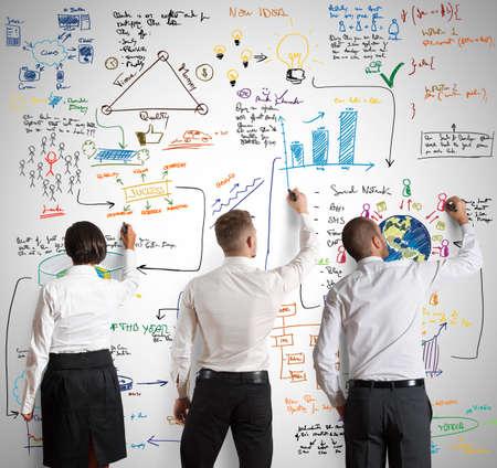 Teamwork arbeitet zusammen für eine neue Business-Projekt Standard-Bild - 27237337