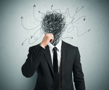hombre preocupado: Hombre de negocios confuso con flechas y l�neas en la cabeza