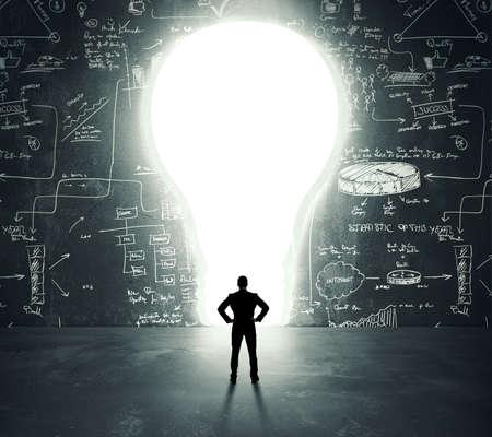 leuchtend: Geschäftsmann vor einem hellen Glühbirne Tür