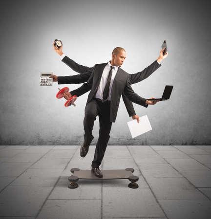 Concetto di multitasking con l'uomo d'affari sul lavoro che fa ginnastica