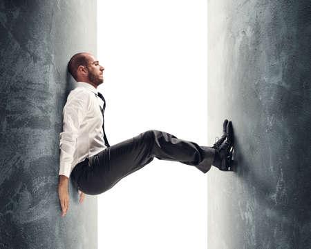 Concepto de un hombre de negocios tensionado bajo presión
