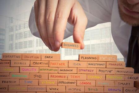 ejecutivos: El hombre de negocios construye un nuevo negocio con el ladrillo
