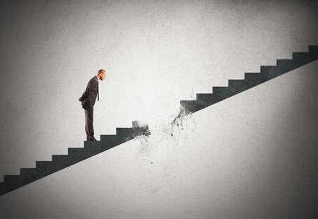 obstaculo: Concepto de la carrera de la rotura de un hombre de negocios
