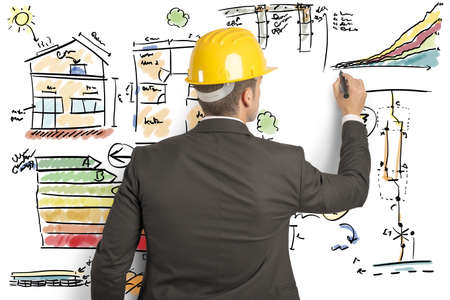 Ingegnere che calcola l'efficienza energetica di una casa