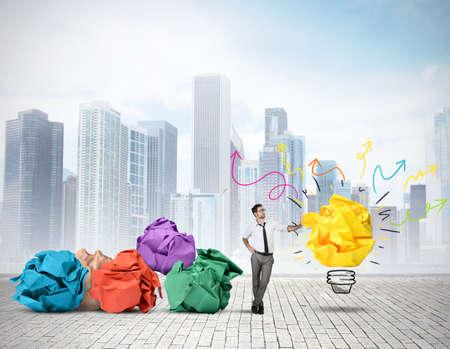 new thinking: Uomo d'affari pensando a una nuova idea creativa