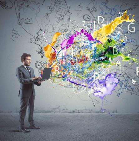 사업가가 창의적인 아이디어와 노트북을 사용하는