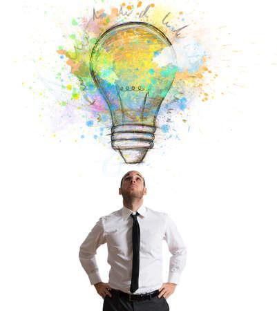 Geschäftsmann mit einem großen kreativen Idee beleuchtet