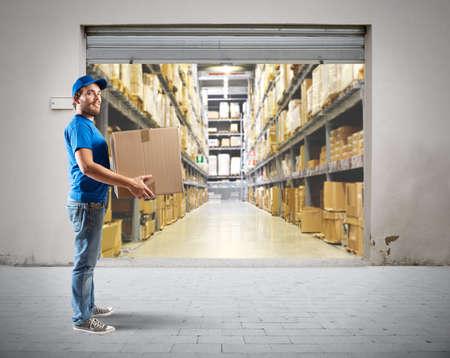 cartero: Courier para trabajar en la log�stica de almac�n Foto de archivo
