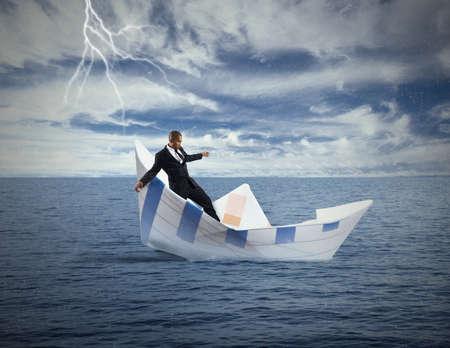 derrumbe: Concepto de crisis y el colapso econ�mico con el barco que se hunde Foto de archivo