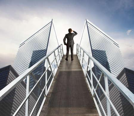 Zakenman op zoek naar nieuwe zaken over een trap