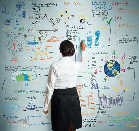 redes de mercadeo: Empresaria dibuja croquis del proyecto empresarial Foto de archivo