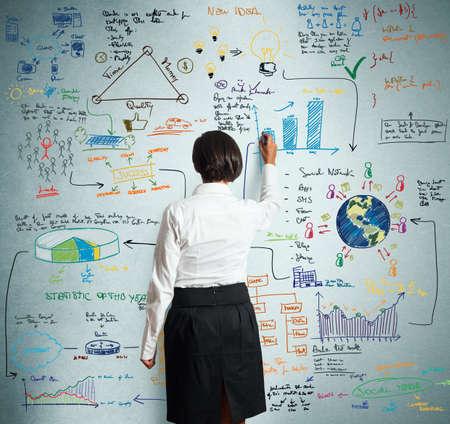 business support: Zakenvrouw trekt schets van business project Stockfoto