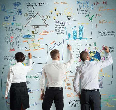 Travail d'équipe travaille ensemble pour un nouveau projet d'entreprise