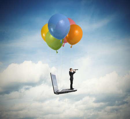 Zakenman op zoek naar nieuwe zaken over een laptop