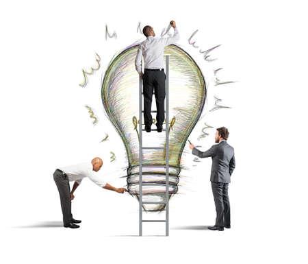 壁に新しいアイデアを描く事業チーム
