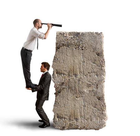 lejos: Equipo de negocios muy lejos para encontrar nuevos negocios