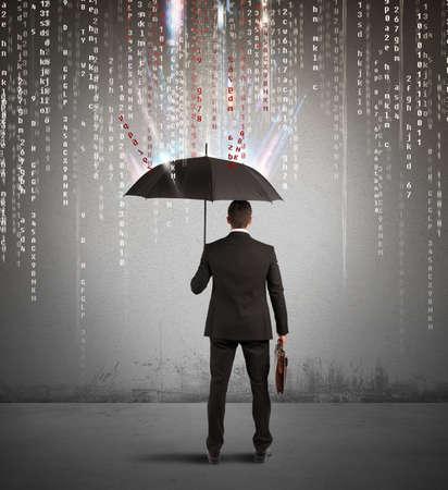 Antivirus y firewall concepto con el empresario protegido con paraguas